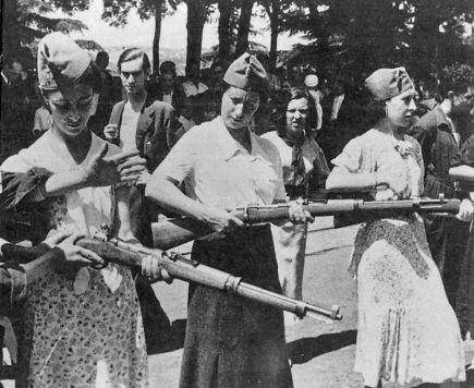 Milicianas alicantinas recibiendo instruccx