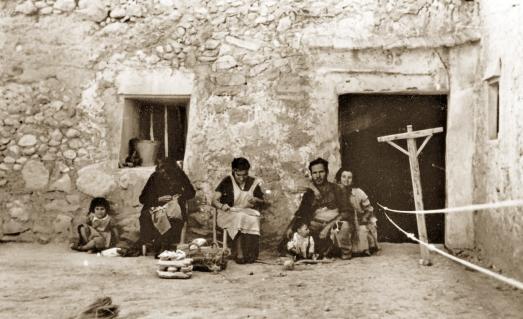 Familia alpargateros en la fachada de una cueva vivienda a principios de la década 50_Crevillente