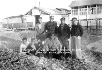 Milicianos vileros en la playa del pueblo de Villajoyosa_Detrás el balneario Neptuno 1937