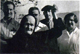 Rafaela_vieja militante anarquista de Caspe_recibe a los milicianos de Barcelona_Vu nº especial 29-08-1936