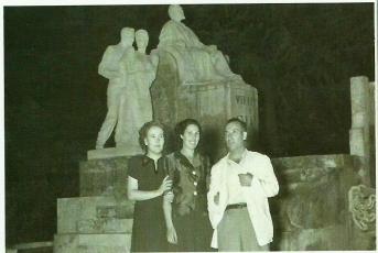 María a la izq y sus amigos Carmen Montesinosy su marido en Villena_1951