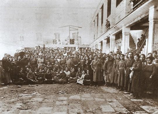 antiguo-grupo-de-operarias-en-el-patio-de-la-fabrica-de-tabacos_alicante-vivo