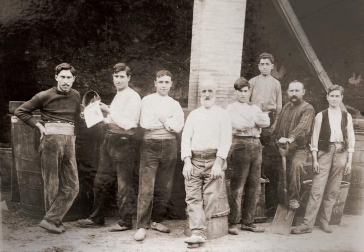 grup Treballadors Destileria Llança 1912-15_Arxiu Familiar Ferrer Guardia