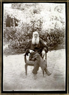 Tolstoi en su jardín_Yásnaia Poliana