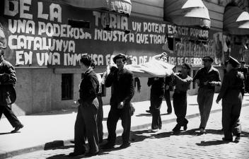 24_barcelona-mayo-de-1937-traslado-de-un-herido-al-hospital-de-sangre-instalado-en-el-antiguo-hotel-ritz-foto-agusti-centelles-i-osso-fondo-centelles-cdmh