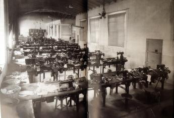 Interior_Fábrica Luvi. Sección aparado_en Petrer 1935. Un pueblo en blanco y negro_Mª C Rico