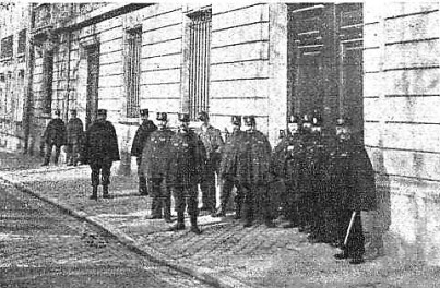 Manifestacion Pro Ferrer_París 13-10-1909_Puerta embajada española