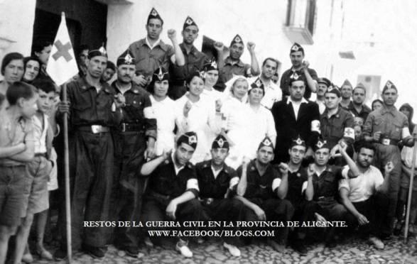 Voluntarios de la C.N.T y voluntarias de la Cruz Roja, en el cuartel de la C.N.T de Elda 1936