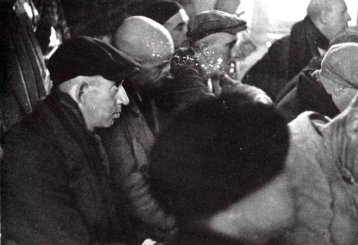 grupo de enfermos escuchando demente Andres_MI Revista 01-03-1937