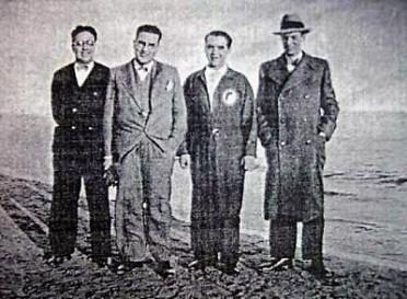 0_Federico García Lorca en la playa del Postiguet en el invierno de 1932 A su izquierda Gastón Castelló_ A la derecha de Lorca José Juan Pérez, músico y Antonio Blanca