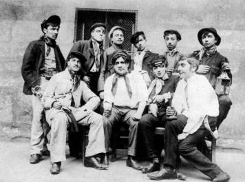 Foto de familia de los delincuentes conocidos como Apaches tomada en Barcelona en 1910