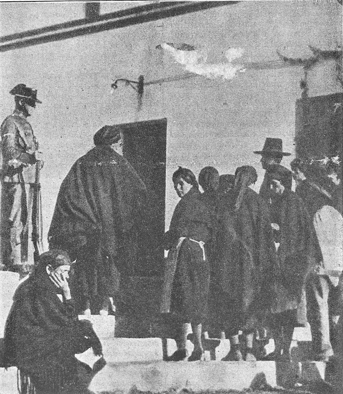 MUjeres a la puerta de la cárcel_1933