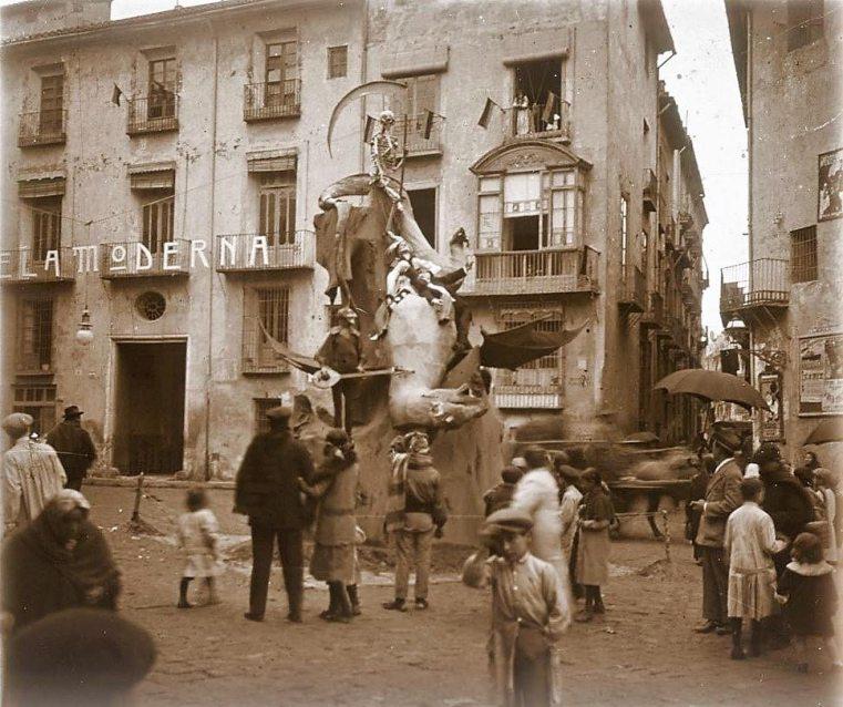 plaza de Pellicers_Fachada de la Escuela Moderna_1915