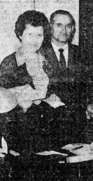 Entrega de premio CAHIPSA 10mil pts a Esther Barrios, madre de Jose Mª del Hoyo Barrios Estudiante Liceo Castilla en 1956_Diario de Burgos 16-05-1964