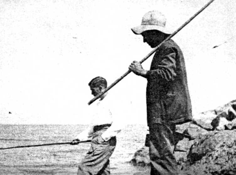Josep Peidro Vilaplana i un amic pescant 1935