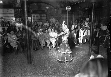 La Criolla_Flor de Otoño esperando para Actuación_Casas i Galobardes. Años treinta
