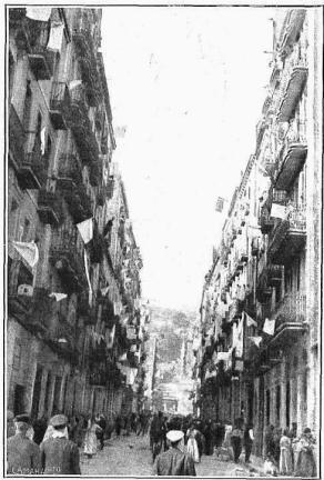 Barcelona_Vaga general 1917_Banderes blanques als balcons_Carrer del Districte Cinquè